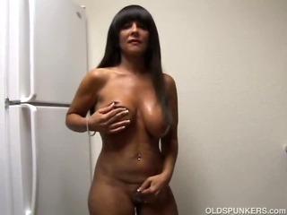 Big tits cougar shows off..