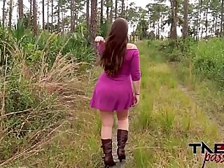 Outdoor blowjob and brunette..